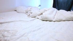 Обнажать кровать видеоматериал