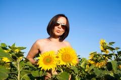Обнажённая сексуальная девушка с солнцецветами Стоковые Изображения RF