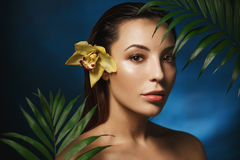 Обнажённая фотография женщина типа способа стороны подбитых глаз сексуальная красотка естественная Нагая женщина в цветках Портре Стоковое фото RF