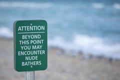 Обнажённый знак пляжа стоковые фотографии rf