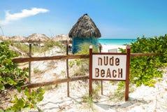 Обнажённый знак пляжа стоковые изображения rf