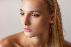 Обнажённый портрет моды седоволосой девушки стоковая фотография
