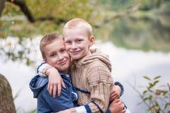 Обнимать 2 братьев стоковые фотографии rf