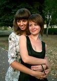 обнимать девушок 2 Стоковая Фотография