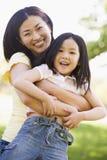 обнимать детенышей женщины девушки outdoors Стоковые Фотографии RF