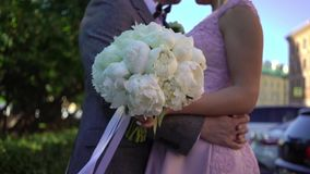 Обнимать жениха и невеста сток-видео
