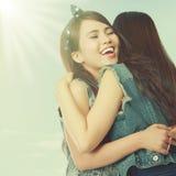обнимать 2 женщин Стоковая Фотография