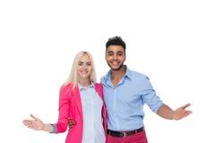 Обнимать красивой молодой счастливой влюбленности пар усмехаясь, испанский жест рукой руки ладони владением женщины человека Стоковое фото RF