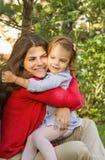 Обнимать матери и дочери Стоковые Фотографии RF
