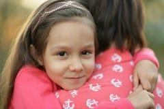 Обнимать маленькой девочки Стоковое Изображение