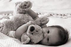 обнимать младенца teddybear Стоковое фото RF