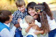 Обнимать многодетной семьи семья принципиальной схемы счастливая Стоковое Изображение RF