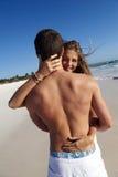 обнимать пар пляжа Стоковое фото RF