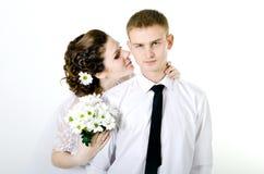 Обнимать пар свадьбы, Стоковое Изображение