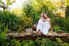 обнимать сестер 2 Стоковое Фото