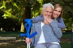 обнимать старшую женщину Стоковые Изображения