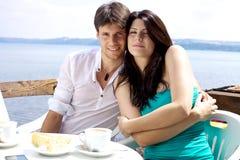 Обнимать счастливых пар сь перед озером Стоковые Фото