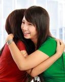 Обнимать 2 женщин Стоковые Фотографии RF
