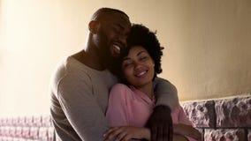 Обнимающ африканские пары наслаждаясь городом датируют внешнее, первое чувство влюбленности, привязанность стоковое фото