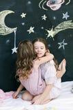 2 обнимая жизнерадостных девушки Стоковая Фотография RF