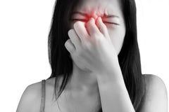 Обнюхайте симптом боли в женщине изолированной на белой предпосылке Путь клиппирования на белой предпосылке стоковое фото rf