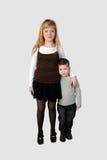 Обнятые мальчик и более старая стойка девушки Стоковое Фото