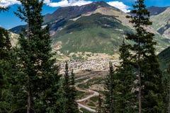 Обозите взгляд городка минирования Silverton Колорадо от миллиона шоссе доллара в San Juan County Колорадо стоковые фотографии rf