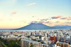 обозите вулкана Sakurajima и города Кагошимы стоковые изображения