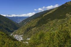 обозите городок на горных склонах стоковое фото