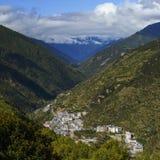 обозите городок на горных склонах стоковые изображения