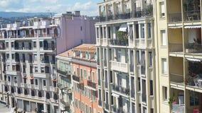 Обозите грести вверх по зданию и улицам в курортном городе на солнечный день, панорама сток-видео