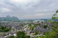 Обозите к древнему городу в горах на пасмурный весенний день стоковое фото