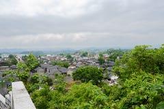 Обозите к древнему городу от парапета горного склона в пасмурной весне стоковые изображения rf