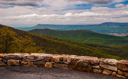 Обозите на приводе горизонта в национальном парке Shenandoah, Вирджинии стоковое фото rf