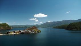 Обозите полуостров Lige в озере lugu стоковые фотографии rf