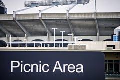 Обозначенная зона пикника cookout рядом с футбольным стадионом nfl Стоковые Фотографии RF