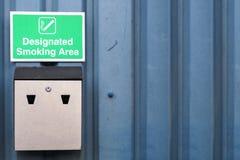 Обозначенные знак места для курения и поднос золы металла на стене дела работы стоковая фотография