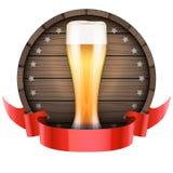 Обозначьте бочонок бочонка пива с стеклом и лентой пива Стоковое Изображение