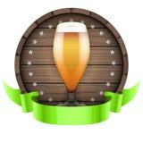 Обозначьте бочонок бочонка пива с стеклом и лентой пива Стоковое Изображение RF
