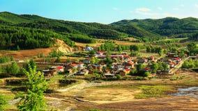 Обозревать горы окружил деревня qunli †деревни» Стоковые Изображения RF