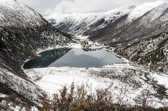 Обозревать долину и снег-покрытые горы Kham Тибета Стоковое Изображение
