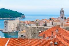 Обозревая крыши Дубровника к острову Lokrum стоковая фотография