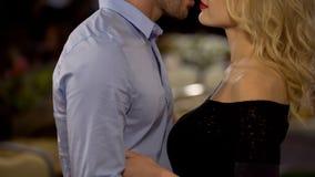 Обольстительная белокурая женщина petting парень, пара обнимая, отношени стоковая фотография rf