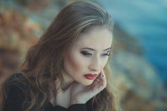 Обольстительная сексуальная девушка дамы при губы романтичного pout красные и pinky щеки нося стильное платье куртки и шорты с ос Стоковая Фотография RF