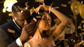 Обольстительные азиатские танцы дамы с чернокожим человеком на партии ночного клуба, эскортах услуги сток-видео