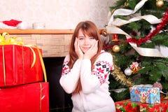 оборачивать женщины подарков на рождество Стоковые Изображения