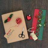 Оборачивать подарка подарка на рождество Стоковые Изображения