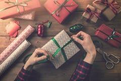 Оборачивать подарка связь женщины смычок ленты Стоковые Изображения