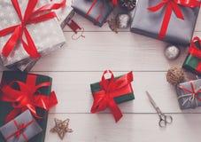 Оборачивать подарка Упаковывая современный подарок на рождество в коробках Стоковые Изображения RF