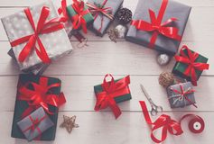 Оборачивать подарка Упаковывая современный подарок на рождество в коробках Стоковое Фото